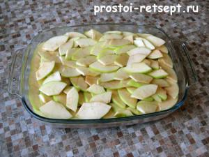 Запеканка из фарша: выложить слой яблок