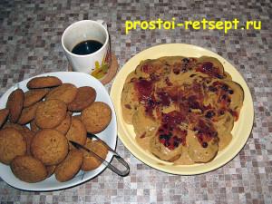 торт из печенья: промазываем слой вареньем