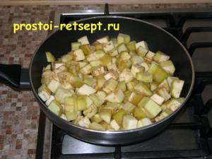закуска из баклажанов: высыпаем в сковороду баклажаны