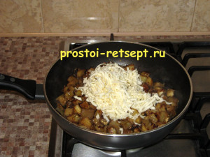 закуска из баклажанов: добавляем сыр в сковороду