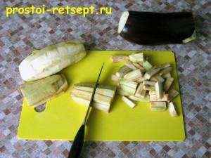 жареные баклажаны с чесноком: режем баклажаны крупной соломкой