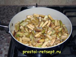 жареные баклажаны с чесноком: выкладываем баклажаны в сковороду
