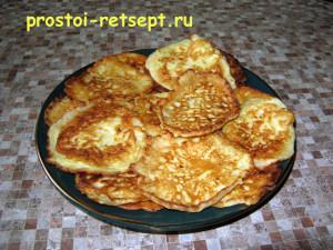 кабачковые оладьи на тарелке