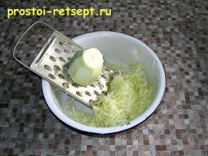 рецепт кабачковых оладьев: натираем кабачок на терке