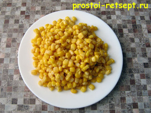 консервированная кукуруза на тарелке