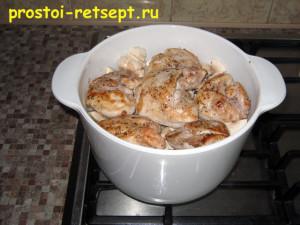 как приготовить филе курицы: сложите обжаренные куски в кастрюлю