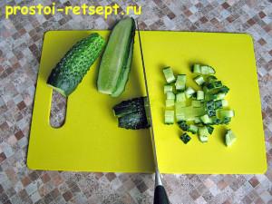 Мясной салат со стручковой фасолью: покрошить свежие огурцы