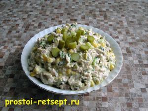 Мясной салат со стручковой фасолью в салатнике