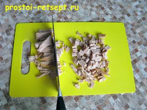 Мясной салат со стручковой фасолью: покрошить мясо