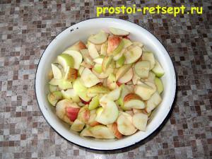 как приготовить шарлотку: яблоки вымыть и нарезать