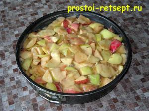как приготовить шарлотку: выложить яблоки в форму