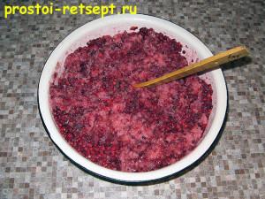 варенье из брусники с яблоками: перемешиваем с сахаром