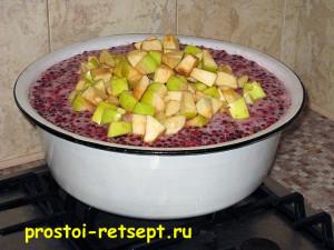 варенье из брусники с яблоками: яблоки всыпать в миску