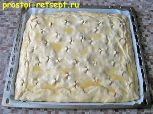 пирог с капустой и яйцом: смазать пирог яйцом и сделать надрезы
