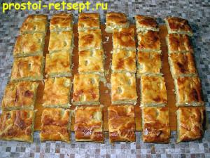 пирог с капустой и яйцом: разрезать пирог горячим