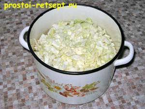 пирог с капустой и яйцом: капусту складываем в кастрюлю