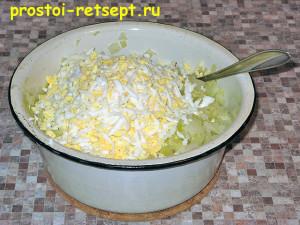 пирог с капустой и яйцом: добавьте измельченные яйца