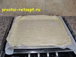 пирог с капустой и яйцом: раскатать тесто для нижнего слоя