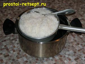Салат с рисом и крабовыми палочками: готовый рис откиньте в дуршлаг