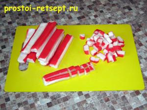 Салат с рисом и крабовыми палочками: режем крабовые палочки