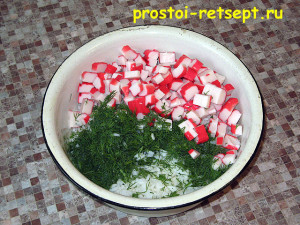 Салат с рисом и крабовыми палочками: добавляем укроп