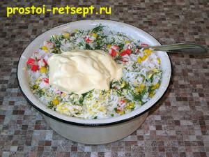 Салат с рисом и крабовыми палочками: добавляем майонез и перемешиваем
