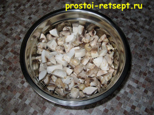 суп с шампиньонами: сложить грибы в миску