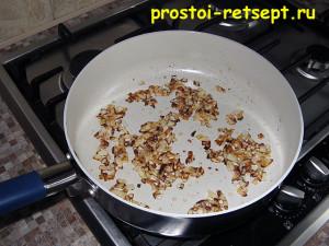 суп с шампиньонами: лук обжарить на сливочном масле