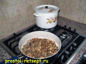 суп с шампиньонами: выложить грибы в кастрюлю