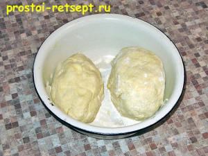 тесто для пирогов бездрожжевое: делим тесто на две части