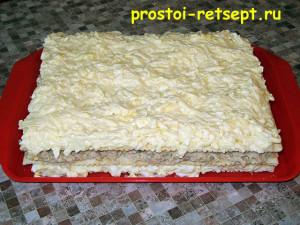 Рыбный закусочный наполеон: тертый сыр последним слоем