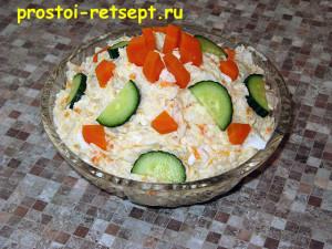 салат с копченой рыбой в салатнике