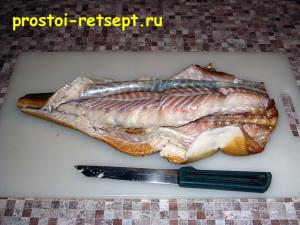 салат с копченой рыбой: отделяем кожу рыбы