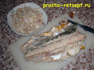 салат с копченой рыбой: руками разбираем рыбу на кусочки