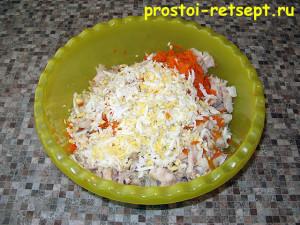 салат с копченой рыбой: выкладываем все ингредиенты в миску