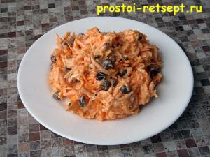 Салат из моркови с изюмом  на тарелке