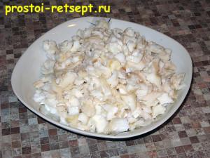 Салат с рыбой по-монастырски: руками разобрать рыбу на кусочки