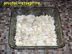 Салат с рыбой по-монастырски: выкладываем в салатник половину рыбы