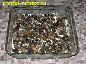 Салат с рыбой по-монастырски: выкладываем половину грибов