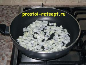 Салат с рыбой по-монастырски: пассируем лук