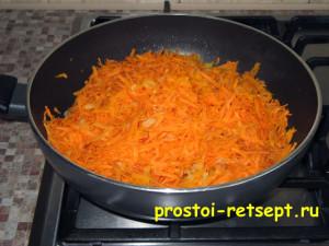 Салат с рыбой по-монастырски: выкладываем морковь в сковороду