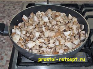 Салат с рыбой по-монастырски: обжариваем грибы