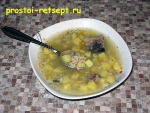суп из консервированной сайры в тарелке