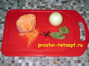 суп из консервированной сайры: добавить морковь и лук
