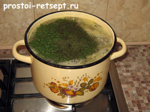 суп из консервированной сайры: добавить укроп и петрушку
