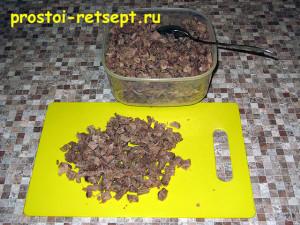 мясной салат в тарталетках. сварить и покрошить мясо