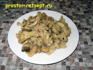 мясной салат в тарталетках: добавить консервированные шампиньоны