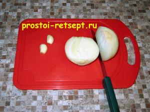 Рецепт куриных котлет: лук и чеснок мелко нарезать