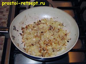 Рецепт куриных котлет: обжарить лук и чеснок на растительном масле