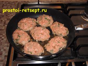 Рецепт куриных котлет: лепим котлеты и кладем на сковороду